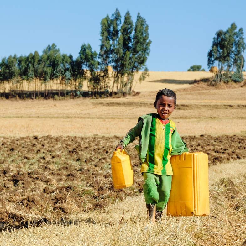 Junge mit Kanistern in Aethiopien