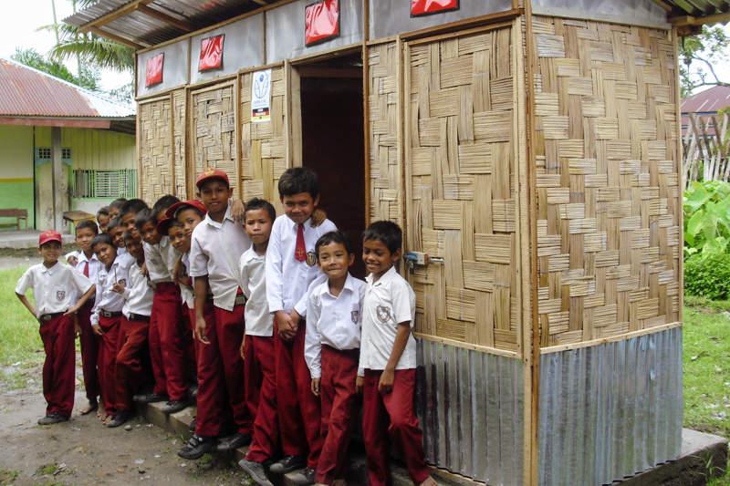 Kindergruppe vor Toilette