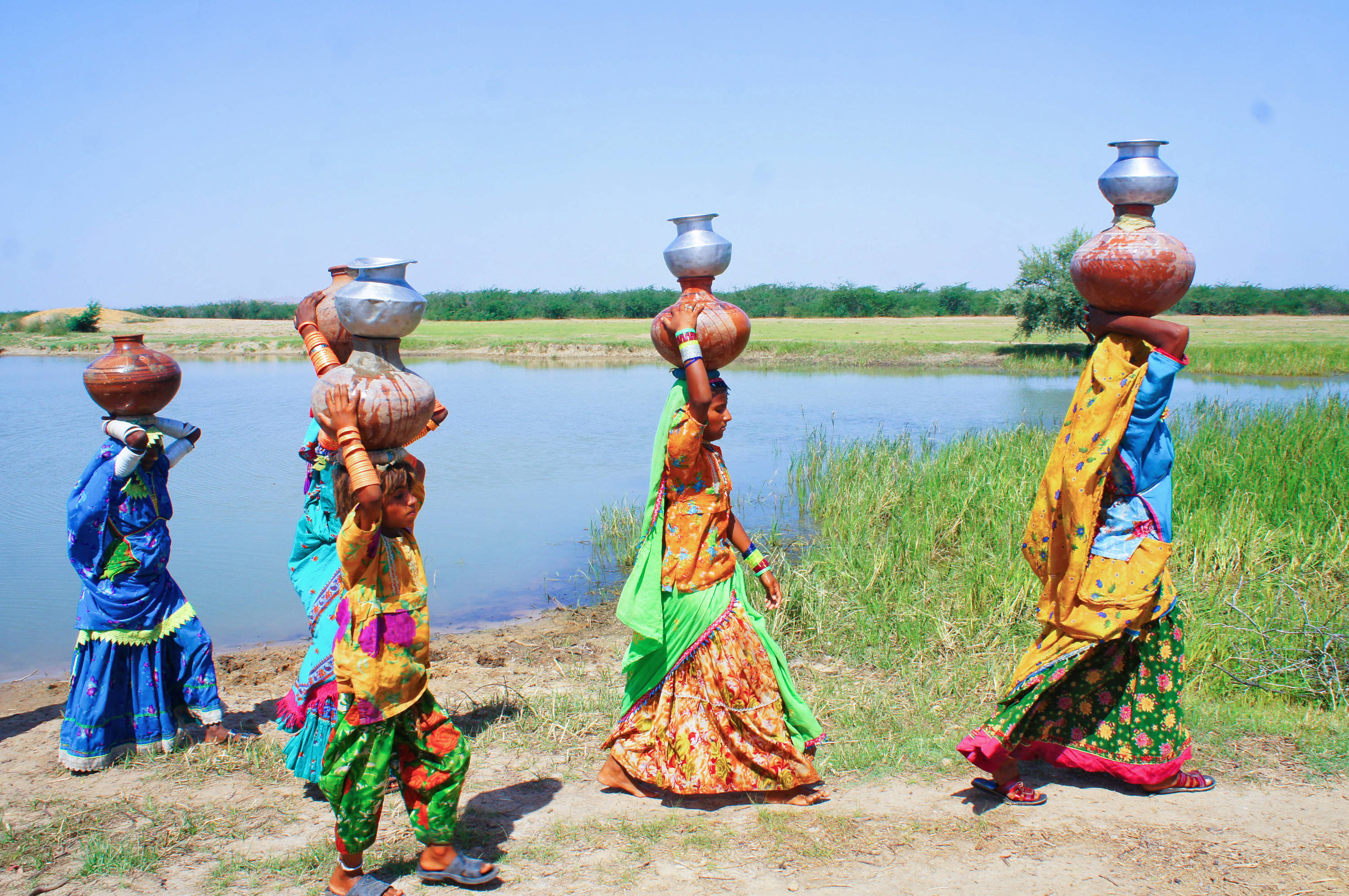 cover picture Pakistan-Thar - women carry water jugs